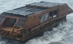 Ένα ξύλινο σπίτι-σκάφος σαν και αυτά που υπάρχουν σε διάφορες ευρωπαίκές πόλεις με ποτάμια και χρησιμοποιούνται ως σπίτια, ξεβράστηκε στις α...