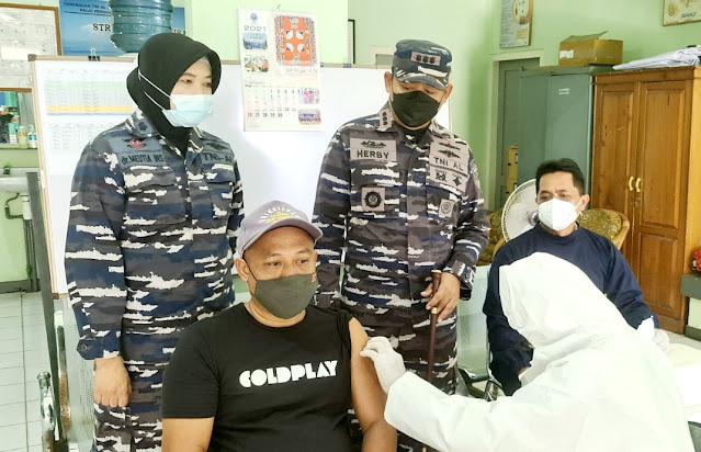 Lanal Banjarmasin vaksinasi masyarakat pesisir