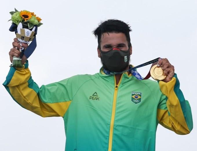 Ítalo Ferreira supera até prancha quebrada, não dá chance a juízes e leva o 1º ouro da história do surfe