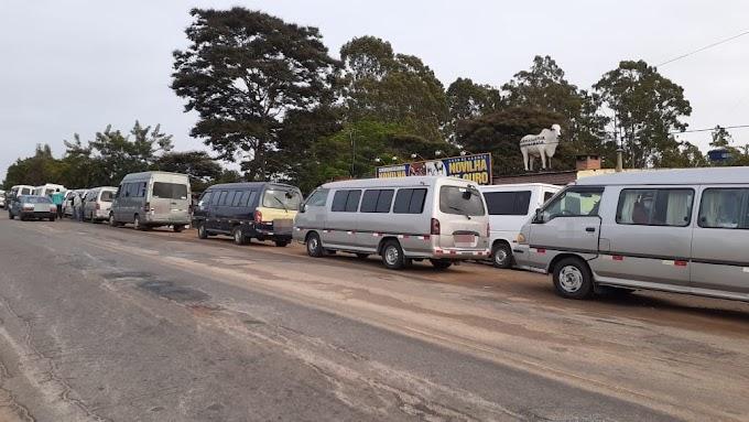 """PRE EM AÇÃO   Barreira de fiscalização da PRE autua e apreende vans de transporte irregular na """"Estrada da Barra"""""""