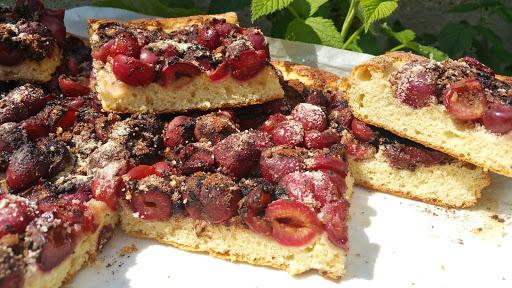 Kysnutý koláč s čerstvým ovocím
