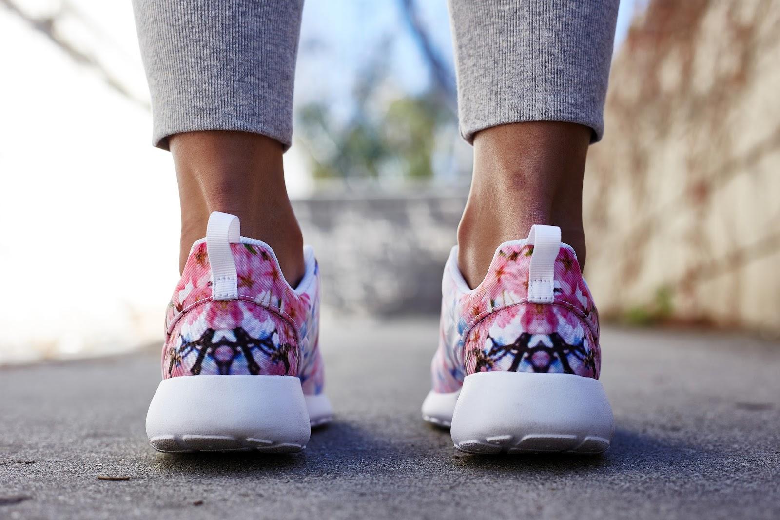 caeccd2089 Nike Roshe One Cherry Blossom - A következő típus inkább fehér-rózsaszín  árnyalatokban pompázik.