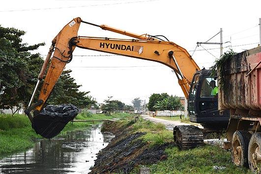 Prefeitura e INEA iniciam limpeza do Canal do Outeiro em Belford ...