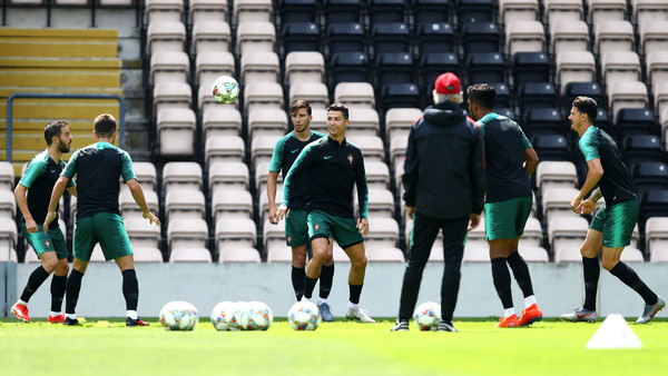 Portugal are counting on their superstar Cristiano Ronaldo to face a Dutch team that began to recall its previous beautiful levels, Sunday in Porto in the final of the first edition of the European Football League.