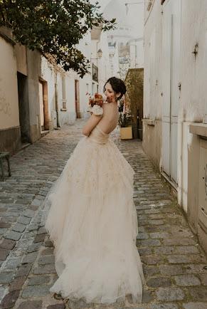 shooting romantique dans les rues de Montmartre, robe de mariée rose D'Ors et de Soie
