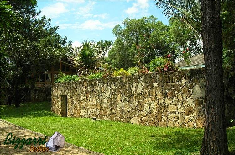 Execução do calçamento de pedra com pedra paralelepípedo com guias de pedra folheta com o muro de arrimo com pedra e a execução do paisagismo em sítio em Bragança Paulista-SP.