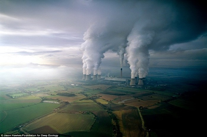 20 Pictures That Prove That Humanity Is In Danger - A lignite power plant contaminates the air with its discharges