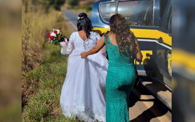 Momento em que noiva é socorrida pela PRF no meio da rodovia GO-020