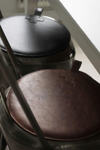 annelies design, webbutik, webbutiker, nätbutik, inredning, läder, stolsdyna, stolsdynor, sittdyna, sittdynor, dynor, skinn, kors, design, återförsäljare, grossist, grossister, heminredning, stolar,