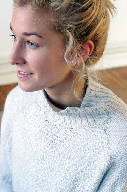 Portraitfoto von Bloggerin mit grauerm Turtleneck Pullover von H&M