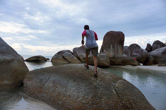 Candid di salah satu sudut pantai Tanjung Tinggi