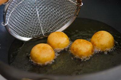 Bánh khoai lang chiên tẩm đường quế