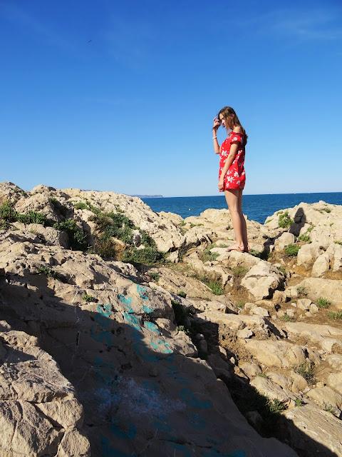 Katalonia, Hiszpania, gdzie jechać na wakacje, Costa Brava, wakacje, czerwona hiszpanka, modelka, wybrzeże