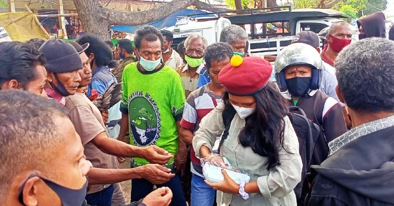 PMKRI Maumere Bagi Masker dan Lakukan Edukasi di Pasar Wairkoja