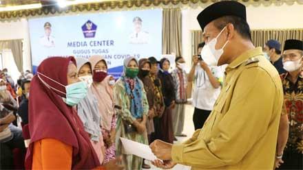 Wako Genius Umar Distribusikan Zakat Pariaman Peduli