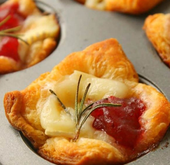 Cranberry Brie Bites #appetizers #party