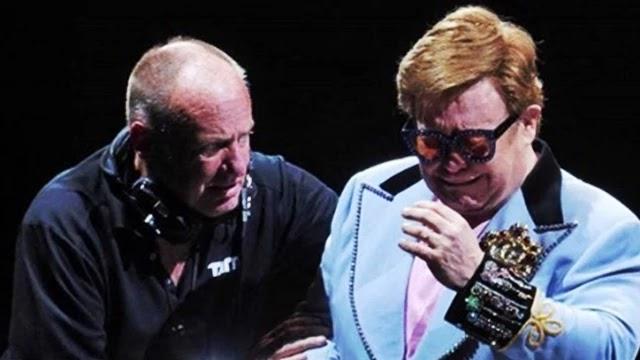 O cantor inglês Elton John começou a chorar e abandonou uma apresentação durante show em Auckland (Nova Zelândia), na noite deste domingo (16), depois de perder a voz.