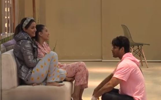 sidharth discussing with hina and gauhar on his fathers birthday