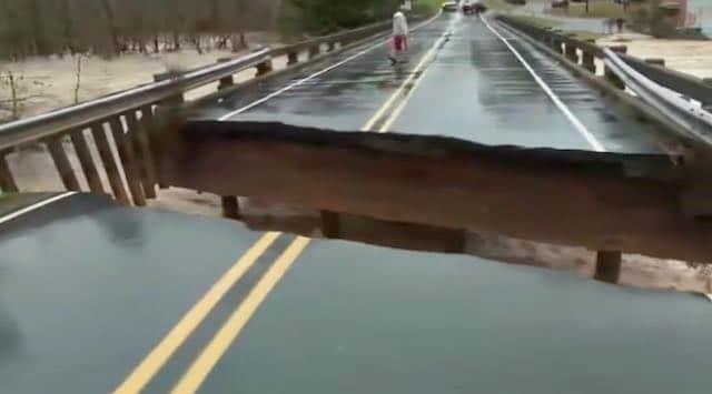 VIDEO: Colapsa un puente en vivo y la notera se salva por pocos segundos