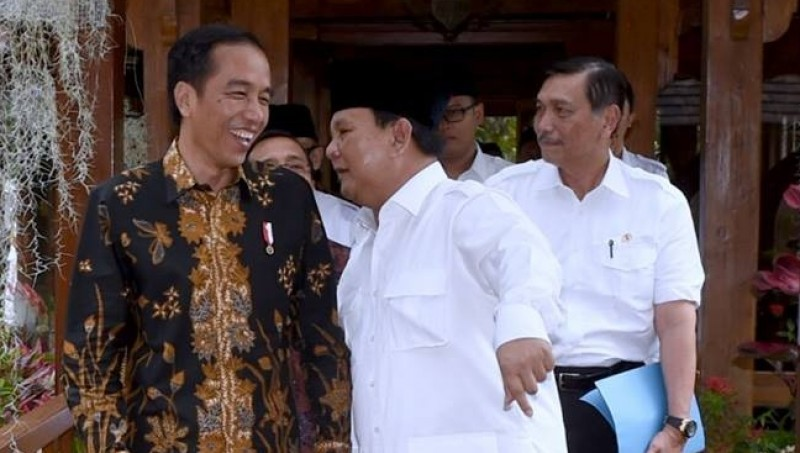 Luhut Panjaitan di belakang Jokowi dan Prabowo