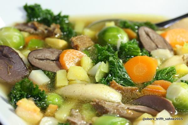 Winterliche Gemüsesuppe mit Brühe von der Gans