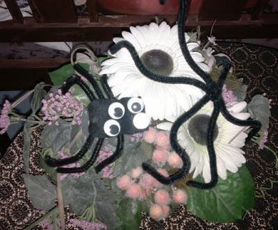 halloween askartelu hämähäkin kukka-asetelma