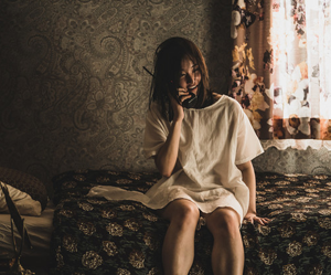 Chica coreana hablando por teléfono