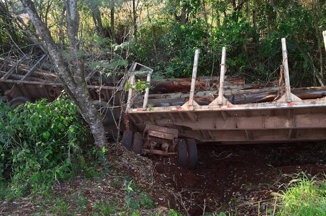 Bitrem tomba na descida Tangará carregada de madeira e ocupantes sobrevivem milagrosamente