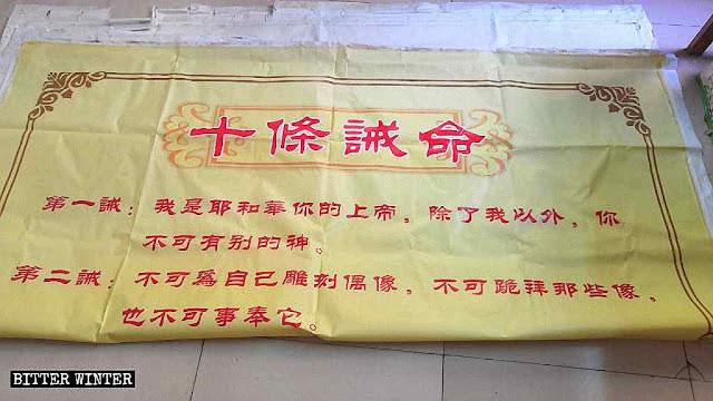 Cartaz com os Dez Mandamentos arrancado de uma igreja