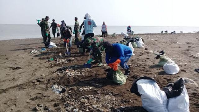 TNI  Help Clean Up Oil Spills in Muara Bungin
