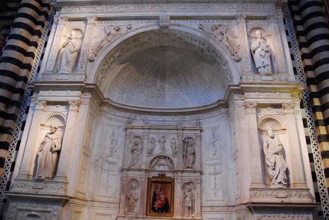 autel Piccolomini. Il est connu pour ses quatre sculptures dans les niches, que l'on doit au tout jeune alors… Michel-Ange !