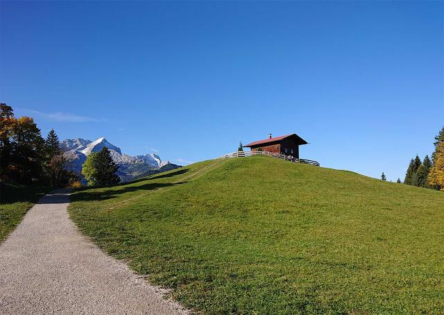 Weg zum Berggasthof Eckbauer und Eckbauer Alm mit Zugspitze im Hintergrund