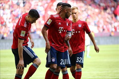 Các cầu thủ an ủi lẫn nhau