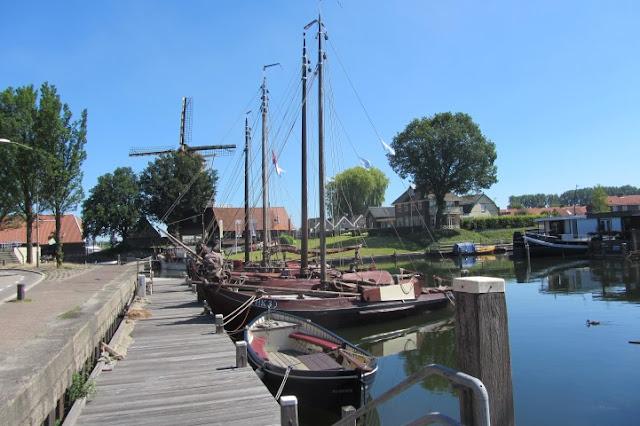 Harderwjk, oude haven met schepen en molen