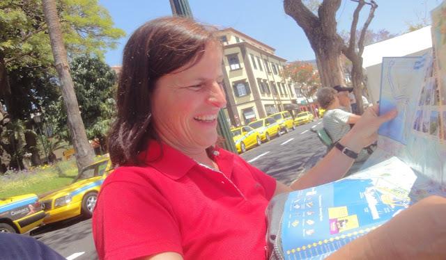 Barbara studiert den Stadtplan von Funchal