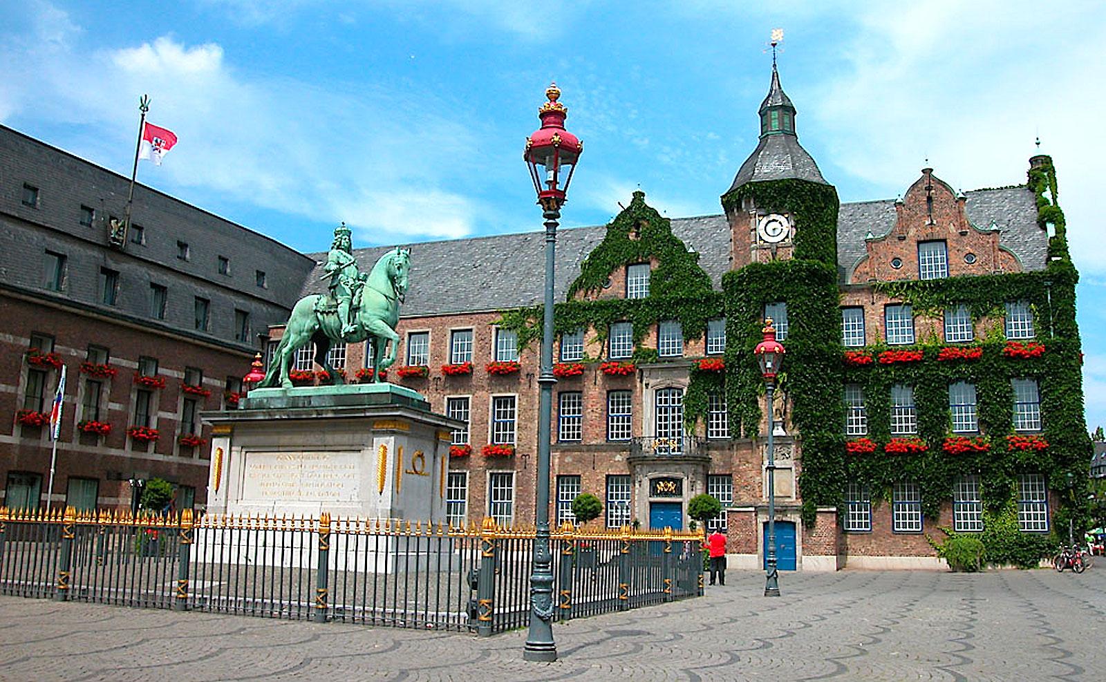 Старая рыночная площаль с ратушей и памятником Яну Веллему.