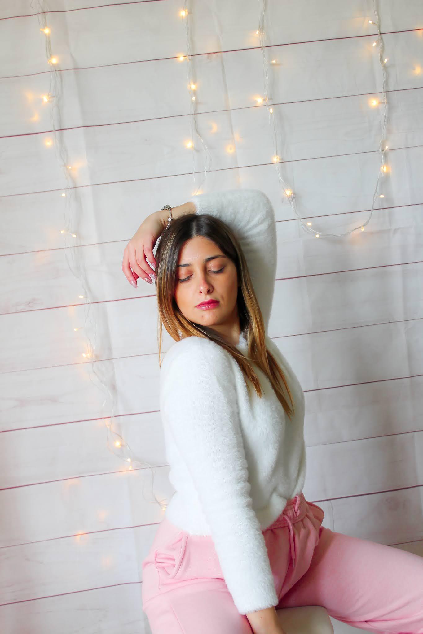 tuta rosa maglioncino bianco