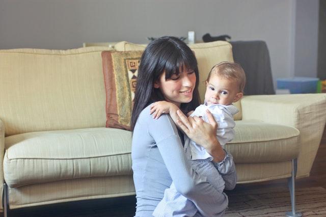 Жена забогатя изненадващо, след като си купи стар диван