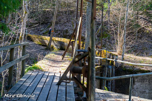 Voimalaitoksen silta vie padon yli. Voimalaitoksen sammaloituneita rakenteita.