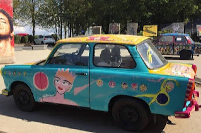 """""""Photo d'une voiture fort colorée au Bastogne War Museum"""""""