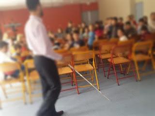 Ο Βαγγέλης περπατάει στην αίθουσα με το λευκό μπαστούνι