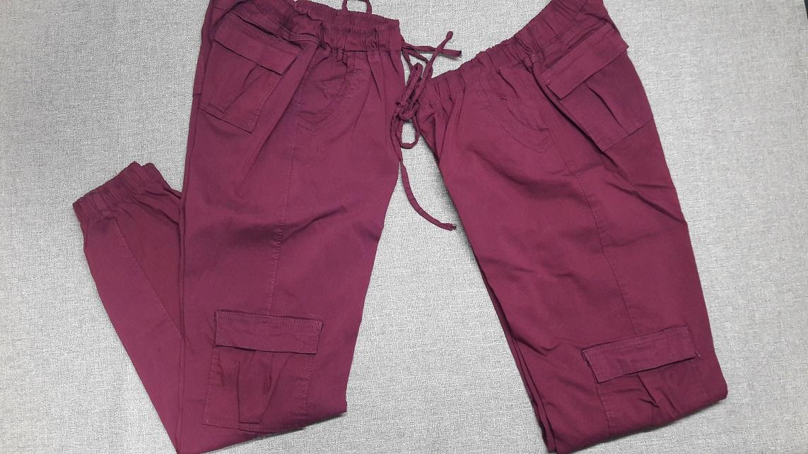 Pantalon para dama Tipo Cargo en Color Guinda semi doblado