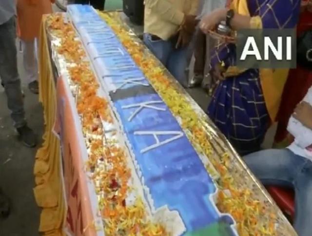 भोपाल में BJP कार्यकर्ताओं ने PM मोदी के 71वें जन्मदिन की पूर्व संध्या पर काटा 71 फीट लंबा केक