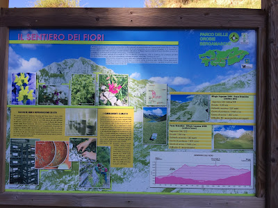 """Sign board talking about """"Il sentiero dei fiori"""" - flower walk."""