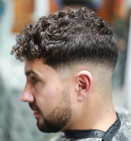 Model Rambut Pria Keriting dengan Caesar's Haircut