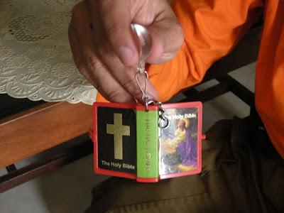 gantungan kunci berisi injil untuk pemurtadan