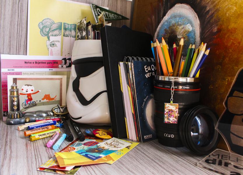 mesa-criativa-objetos-de-filmes-livros-nerd-arte