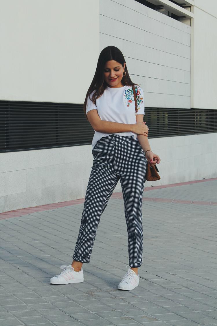 Look de entretiempo con pantalones de Zara y camiseta de flores bordadas