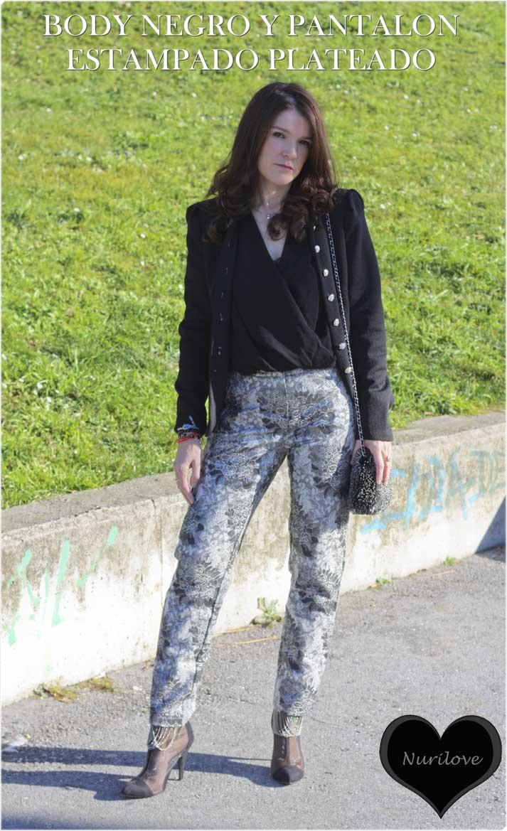 Body negro combinado con un pantalón plateado con un estampado muy especial