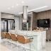 Cozinha e espaço gourmet integrados com cores neutras + ilha e bancadas em quartzito!